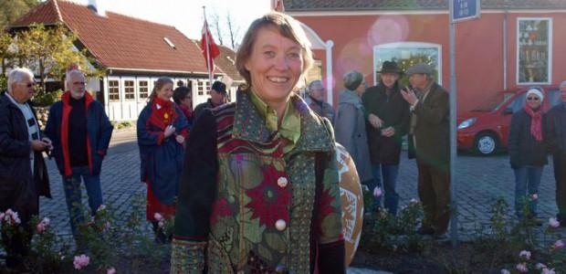 Jeg er en livsglad kvinde, født i 1960. Jeg bor i en lille landsby på Djursland, og er stolt af at have repræsenteret Danmark både lokalt og internationalt – blandt andet i Syddjurs kommune som borgmester, og igennem jævnlige besøg til Bruxelles som medlem af EUs regionsudvalg. Og nu er jeg glad for at kunne repræsentere Østjylland og Danmark som kandidat til Europaparlamentet for SF. Jeg er gift med Peter, som har et oversætterfirma. Vi har en voksen datter, som med sin familie bor i udlandet.Mit barnebarn Olivia blev født i 2016, og det er en stor oplevelse at være bedstemor. CV: 1993-nu: Faglærer (Engelsk/Samfundsfag) og Tillidsrepræsentant, VidenDjurs 1987-1993: Ungdomsskoleleder, Rosmus Ungdomsskole 1986-1987: Fritids- og kulturmedarbejder, Dansk Flygtningehjælp Underviste indtil udgangen af 2009 i engelsk og samfundsfag på Grenå Tekniske Skole (nu VidenDjurs), hvorefter jeg blev venligt udlånt på fuld tid til Syddjurs Kommune som borgmester. Er nu tilbage på […]